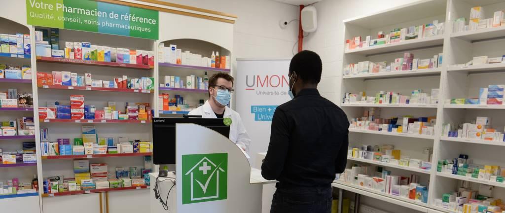 Une officine de pharmacie et un cabinet médical